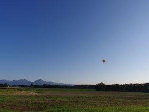 雲ひとつない空に浮かぶ気球
