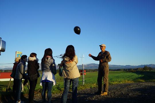 風船を飛ばして風向き・風速・視界を確認する